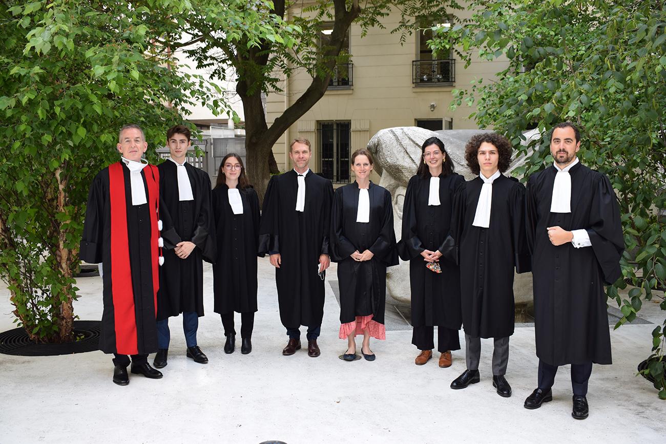 Professeur et étudiants de l'École de droit en robe